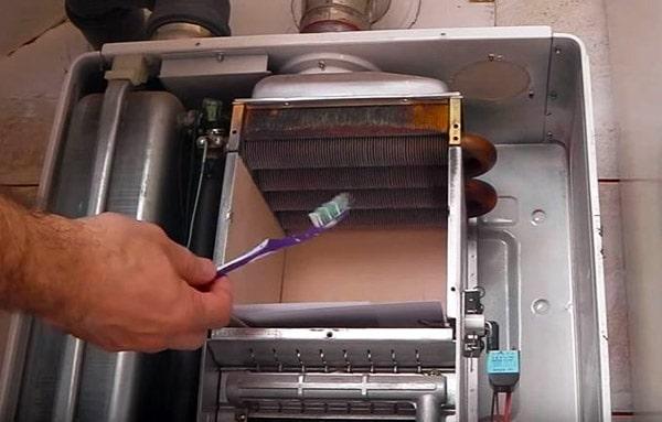 Прочистка битермического радиатора теплообменника зубной щеткой