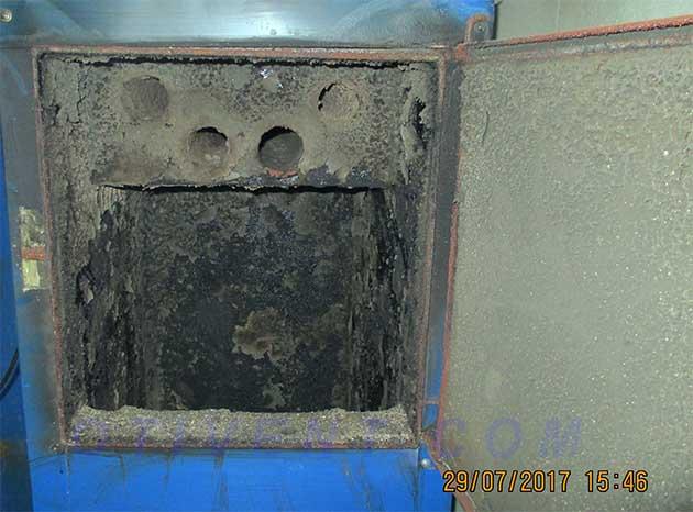 Грязный топливник дровяного отопителя