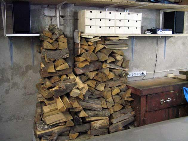 Складирование дров в гаражном помещении