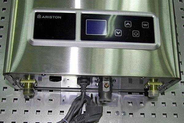 Газовый проточный нагреватель с дисплеем
