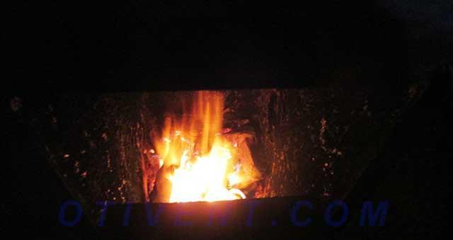 Пламя от торфяных кирпичиков