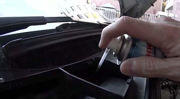 Обробка піною повітряного каналу автомобіля