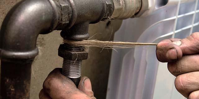 Уплотнение стыка льняной косичкой