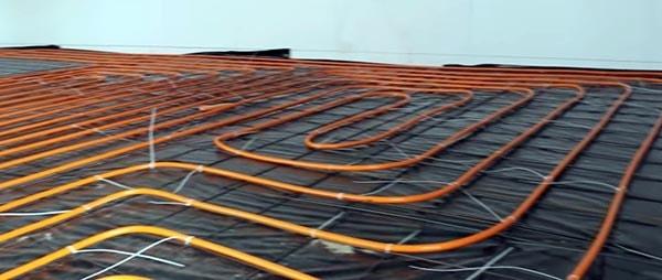 Фиксация нагревательных трубопроводов хомутами к сетке