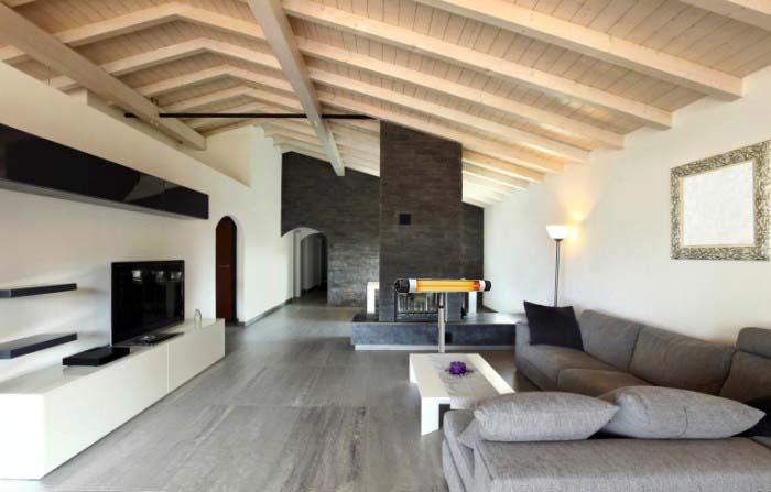 Гостиная с высокими потолками